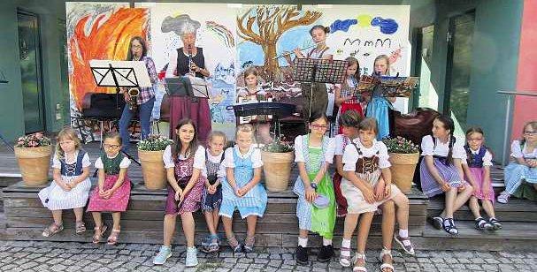 Kinder-Volkstanz- und Musikgruppe des FGV Marktleuthen, Leiterin Annelie Batrla
